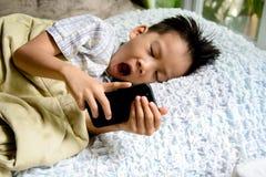 孩子和手机 免版税图库摄影