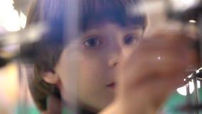 孩子和机器人:机器人的陈列的一个好奇男孩 现代玩具 孩子和未来 虚拟的比赛 股票视频