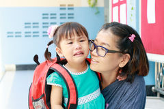 孩子和母亲哭泣的第一天去学前班scho 免版税库存照片