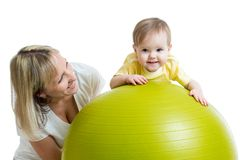 孩子和母亲有健身球的 免版税图库摄影