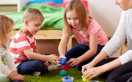 孩子和母亲有塑造的黏土或软泥 库存图片