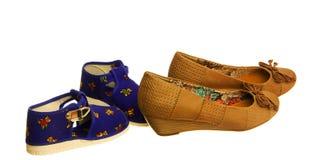 孩子和母亲鞋子 免版税图库摄影