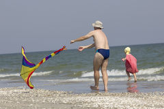 孩子和父亲在海边 图库摄影