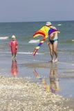孩子和父亲在海边 免版税库存图片