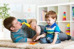 孩子和父亲戏剧音乐会玩具 免版税库存照片