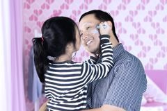 孩子和父亲有蜡笔的在卧室 免版税库存照片