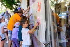 孩子和父母的街道画车间在特拉维夫 免版税库存图片