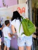 孩子和父母的街道画车间在特拉维夫 库存图片