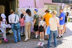 孩子和父母的街道画车间在特拉维夫 免版税库存照片