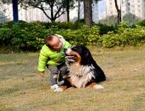 孩子和狗 免版税库存图片