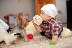 孩子和狗 库存照片