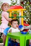 孩子和玩具厨房 免版税库存照片