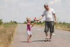 孩子和祖父路的 库存照片
