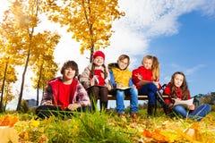 孩子和秋天在镇 免版税库存图片
