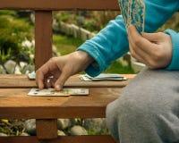 孩子和纸牌的手 免版税库存图片