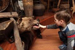 孩子和被充塞的熊 免版税图库摄影
