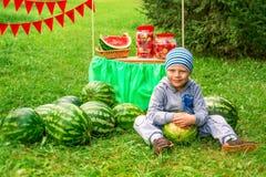 孩子和西瓜 免版税库存照片
