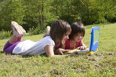 孩子和计算机 免版税库存照片