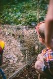孩子和豹子崽 免版税库存图片