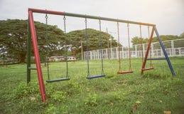 孩子和年轻人在公园,选择聚焦,被过滤的图象,增加的光线影响操场  免版税库存照片