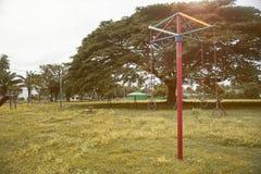孩子和年轻人操场在增加的公园、选择聚焦、葡萄酒样式被过滤的图象、光和火光 免版税库存照片