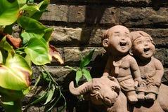 孩子和水牛玩偶在Chacheongsao 免版税库存照片
