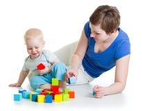 孩子和他的妈妈使用与积木 免版税图库摄影
