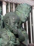 孩子和他的母亲雕塑  免版税库存照片