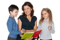 孩子和他们的母亲读了书 库存图片