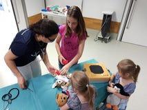 孩子和他的玩具的一辆女用连杉衬裤救护车 库存照片