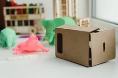 孩子和3D图的真正纸板现实玻璃 免版税库存照片