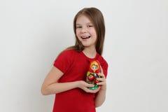 孩子和matrioshka 免版税库存图片
