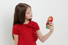 孩子和matrioshka 免版税库存照片