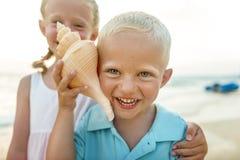 孩子哄骗兄弟姐妹海滩暑假概念 免版税库存图片