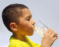 孩子啜饮的柠檬水 免版税库存照片