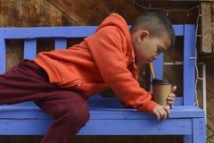 孩子喝 免版税库存图片