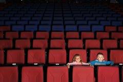 孩子在一个空的戏院大厅里 库存图片