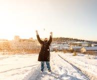 孩子在一多雪的天投掷雪在Istanbu 库存图片
