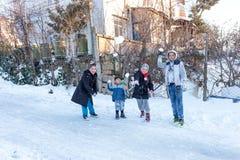 孩子在一多雪的天投掷雪在Istanbu 库存照片