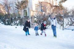 孩子在一多雪的天投掷雪在Istanbu 免版税库存照片