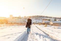 孩子在一多雪的天投掷雪球在伊斯坦布尔 免版税库存图片