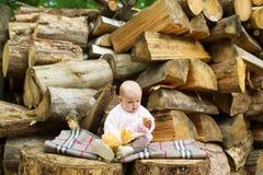 孩子在一套日志中坐 免版税库存照片