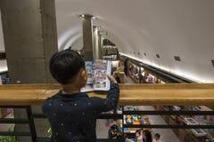 孩子在书店读了书 库存图片