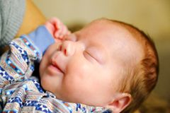 孩子在他的睡眠微笑 好梦想 免版税库存照片