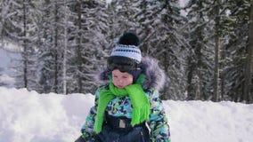孩子在使用与雪的公园 笑声和喜悦从第一雪 走在新鲜空气 健康 股票视频