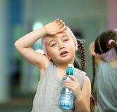 孩子在健身锻炼以后疲倦了 免版税库存图片