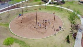 孩子在公园(掀动转移作用)的戏剧海滩排球 库存照片