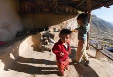 孩子在典型的尼泊尔厨房里 免版税库存图片