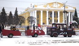 孩子在切博克萨雷坐在剧院前面的火车 免版税库存图片