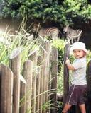 孩子在动物园里 库存图片